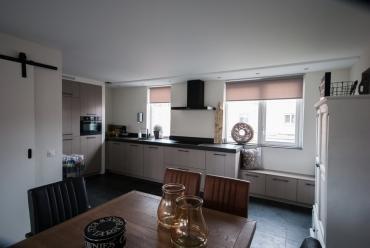 Open keuken in steengrijs met sfeer en stijl in Papendrecht