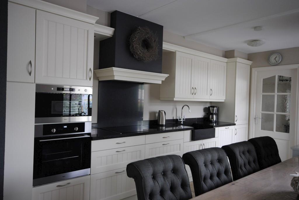 Landelijk stijl woonkeuken met composiet werkblad in Goudriaan