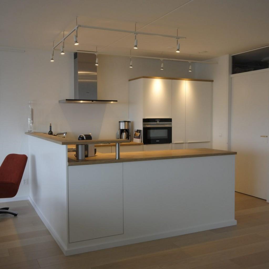 Moderne keuken met praktische details in appartement Papendrecht