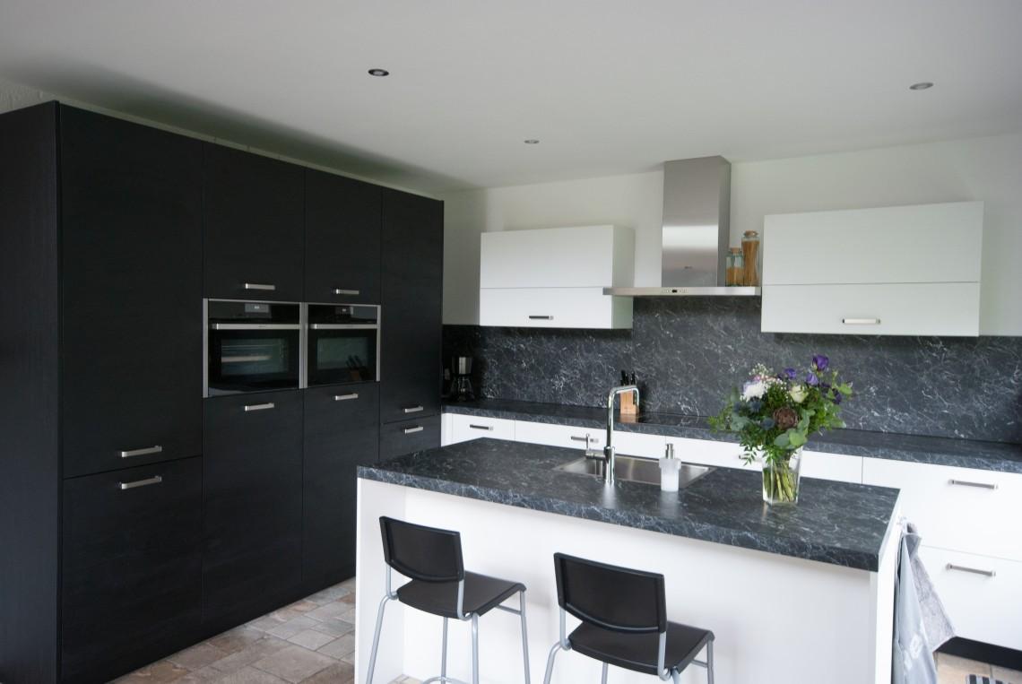 Moderne keuken met strakke lijnen in Streefkerk