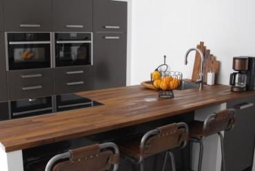 Moderne keuken met schiereiland in Hardinxveld-Giessendam