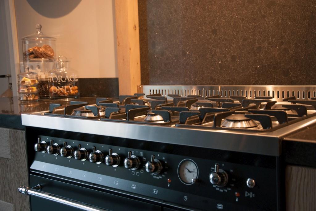 Massief eiken woonkeuken met lofra fornuis in klaaswaal keukenhof sliedrecht - Professionele keukenhoed ...