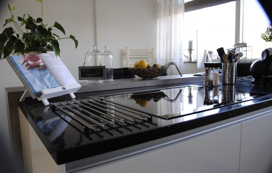 Moderne keuken met downdraft in Hardinxveld-Giessendam