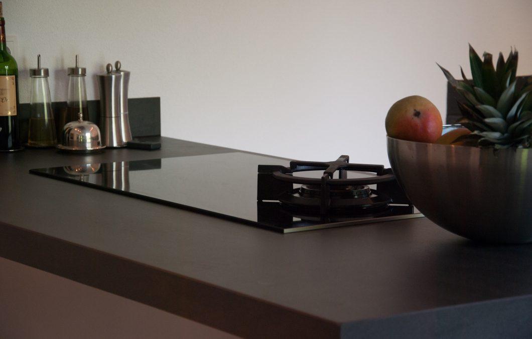Moderne greeploze keuken met schiereiland in Giessenburg