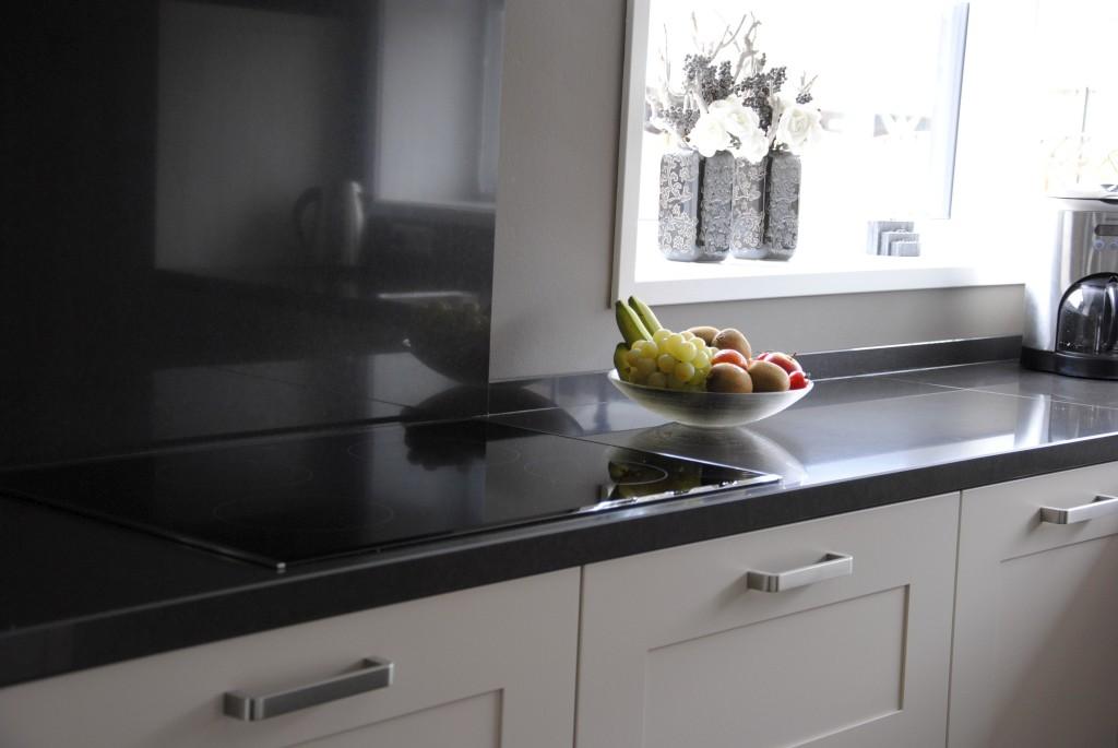 Tijdloze keuken met composiet werkblad in werkendam keukenhof sliedrecht for Modern keukenhout