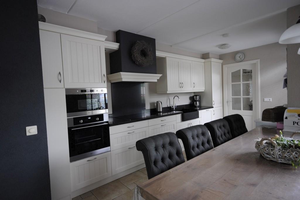 Keuken Landelijke Stijl : Landelijke stijl woonkeuken met composiet werkblad in goudriaan