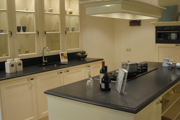 Handgemaakte keuken in hoogglans lak off-white