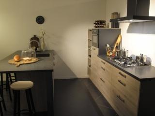 Moderne showroom keuken met schiereiland en diverse apparaten