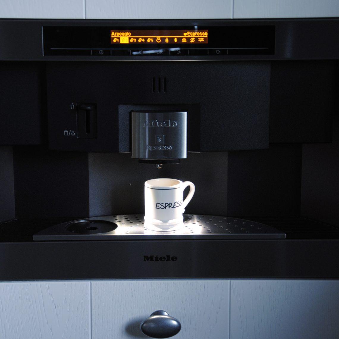 Handgemaakte keuken met koffiezetapparaat