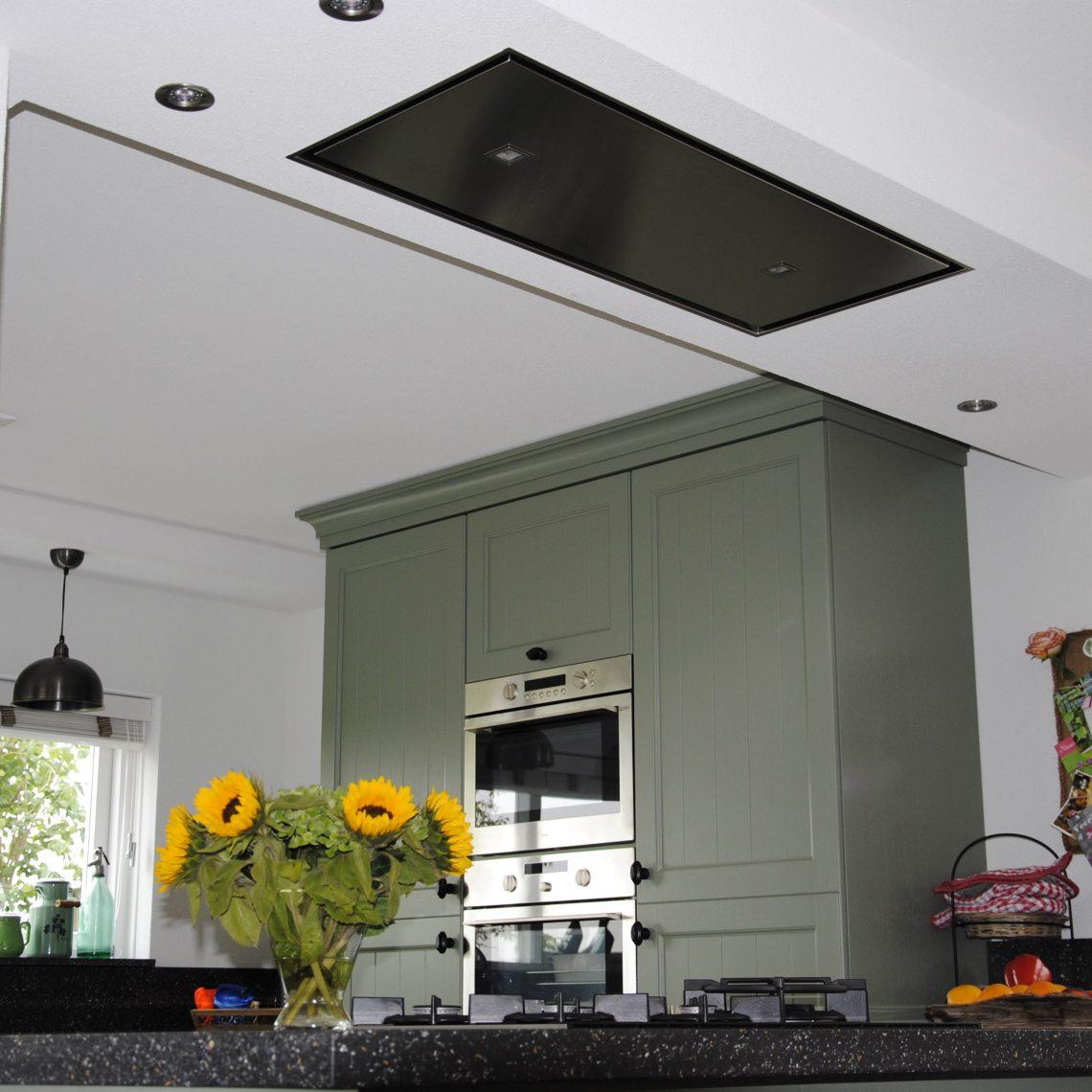 Handgemaakte keuken met plafond unit
