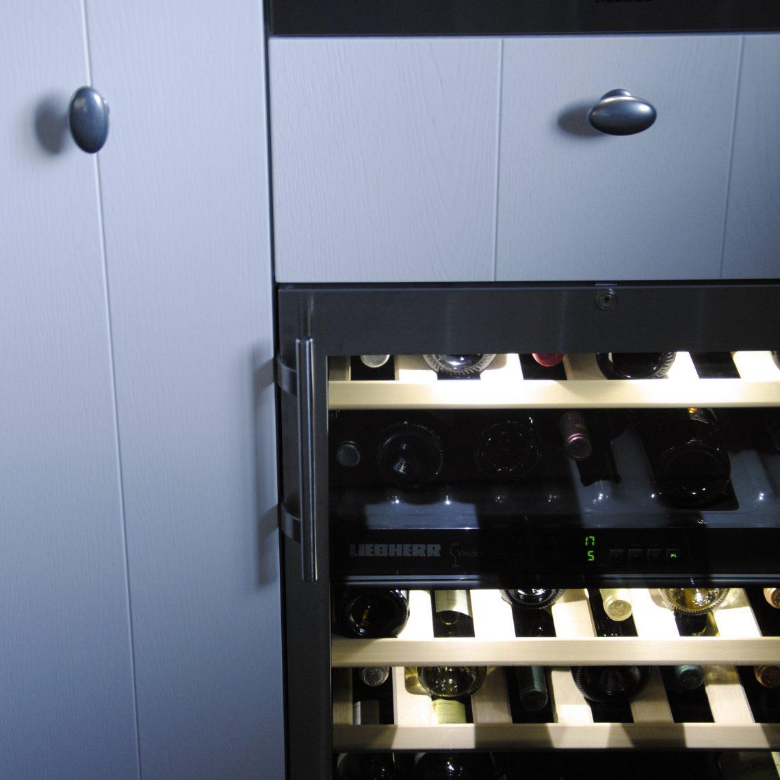 Handgemaakte keuken met wijnklimaatkast