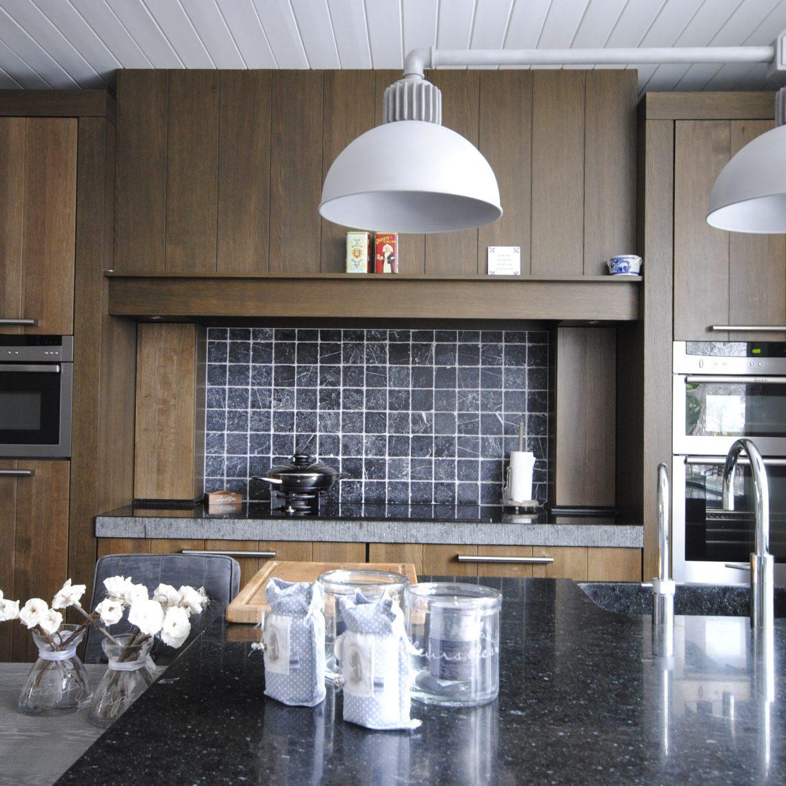Handgemaakte keuken van gerookt eiken.   keukenhof sliedrecht
