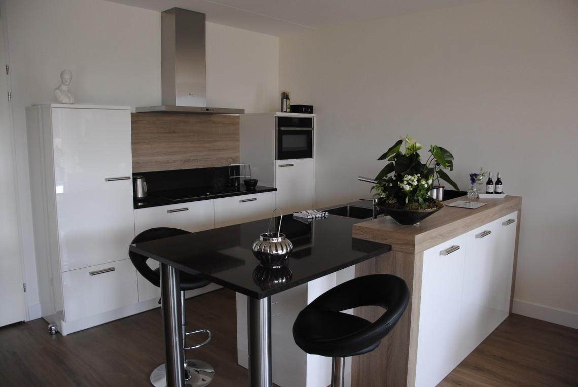 Keuken Houten Schiereiland : Moderne keuken in appartement sleeuwijk keukenhof sliedrecht
