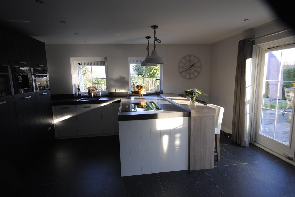 Gezellige familiekeuken met downdraft in groot ammers keukenhof sliedrecht - Moderne apparaten ...