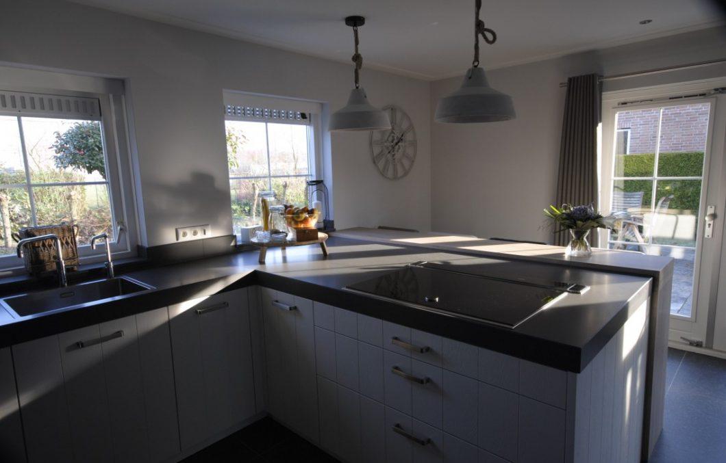 Moderne keuken met warme tint