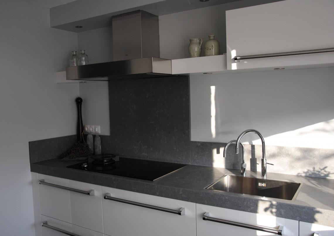 Stoere Keuken Grey : Hoogglans keuken met stoere greep en geavanceerde apparaten