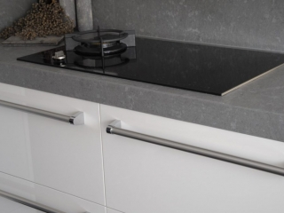 White Keuken Stoere : Hoogglans keuken met stoere greep en geavanceerde apparaten