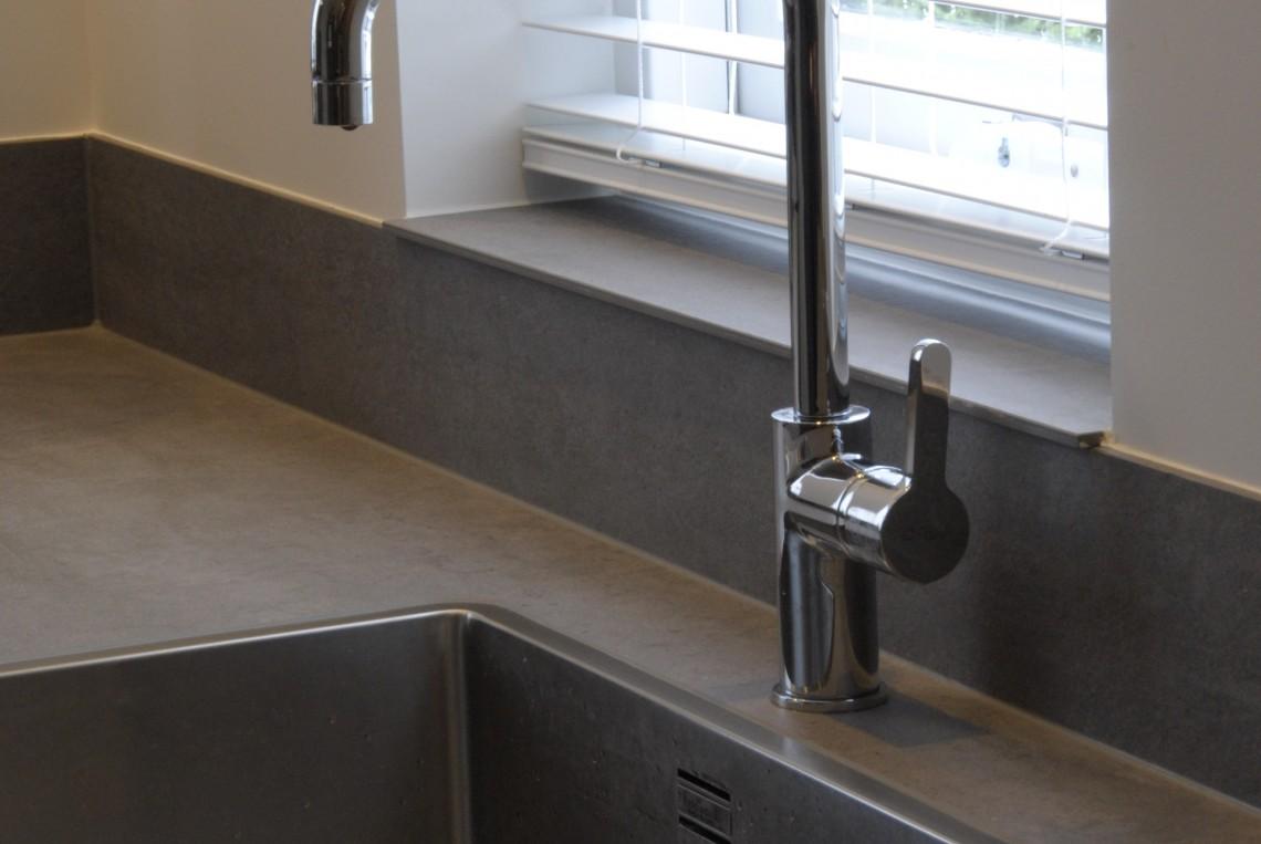 Moderne keuken met rustig kleurenpalet in ameide for Werkblad keuken keramiek