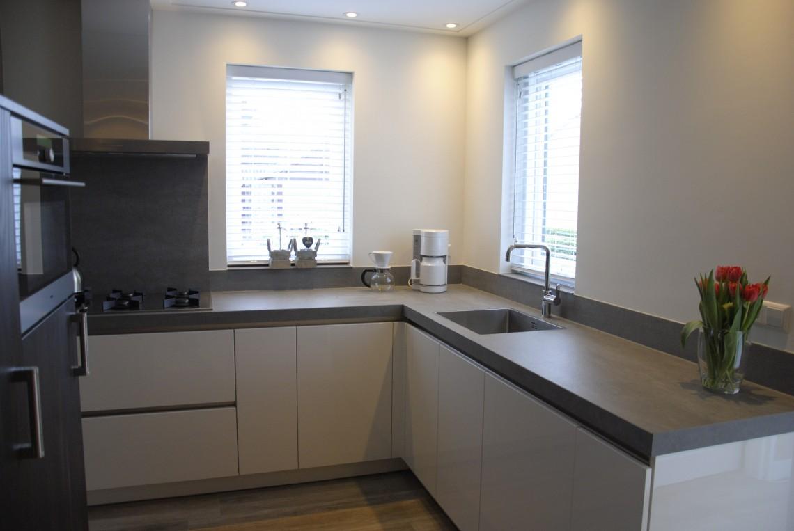 Moderne keuken met rustig kleurenpalet in ameide keukenhof sliedrecht for Moderne keuken ideeen