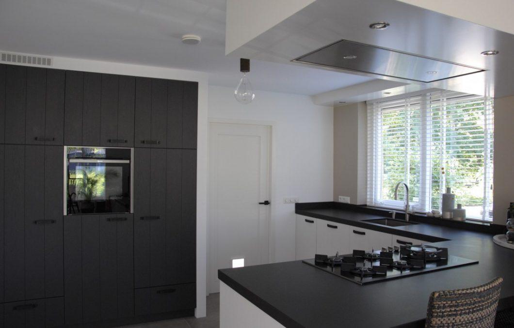 Keuken met geïntegreerde kastenwand