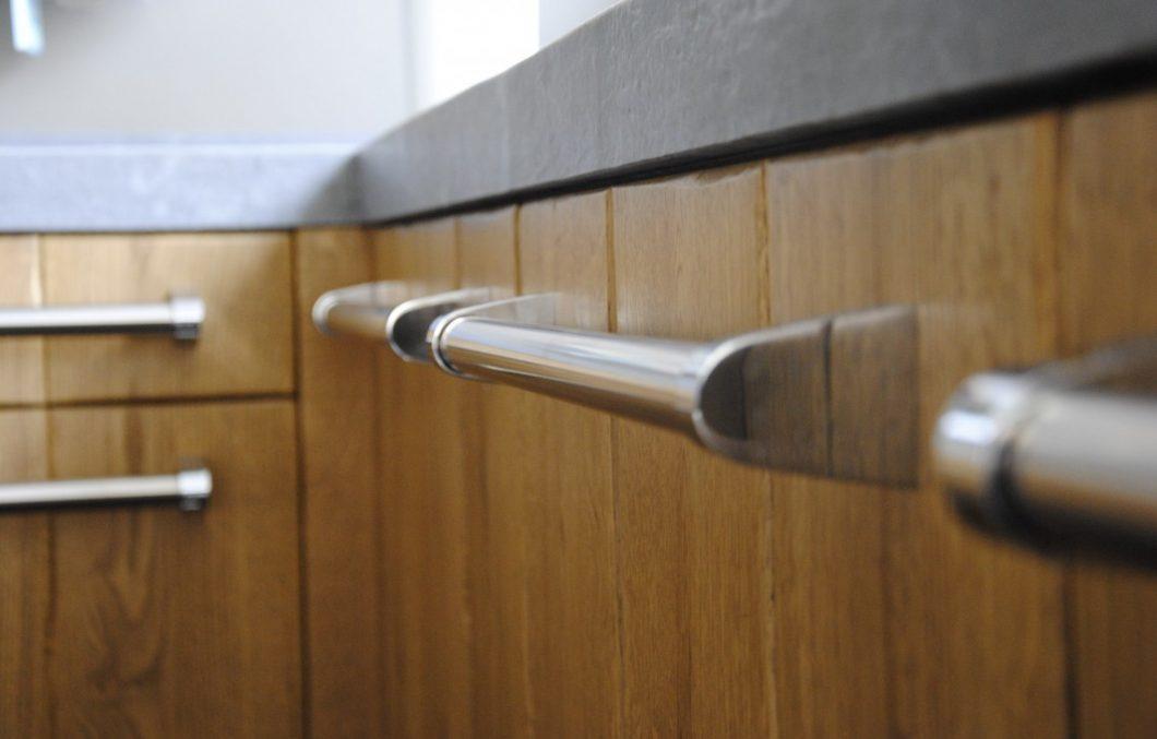Stoere greep in houten keuken