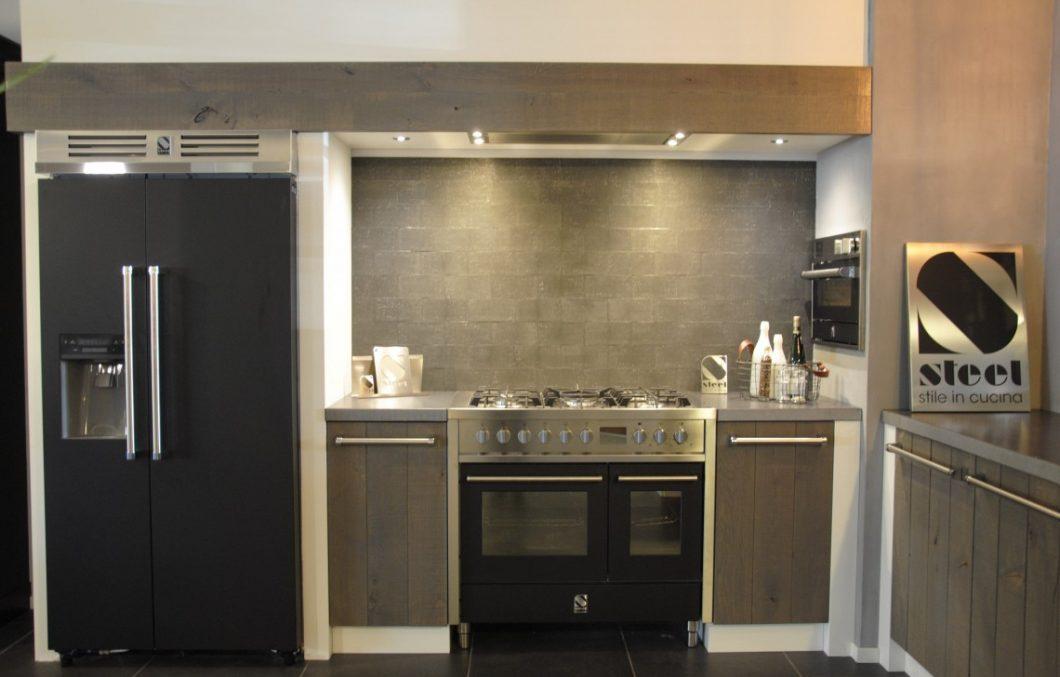 Vergrijsd eiken met Steel Cucina apparatuur