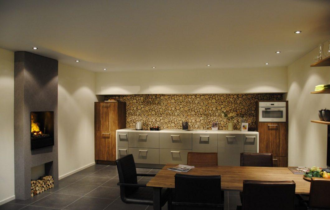 Moderne keuken met haard
