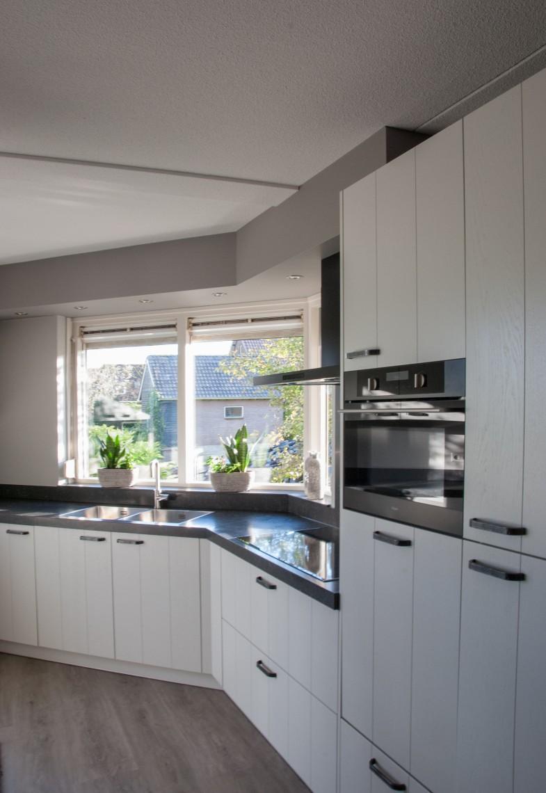 Landelijk moderne grijze keuken