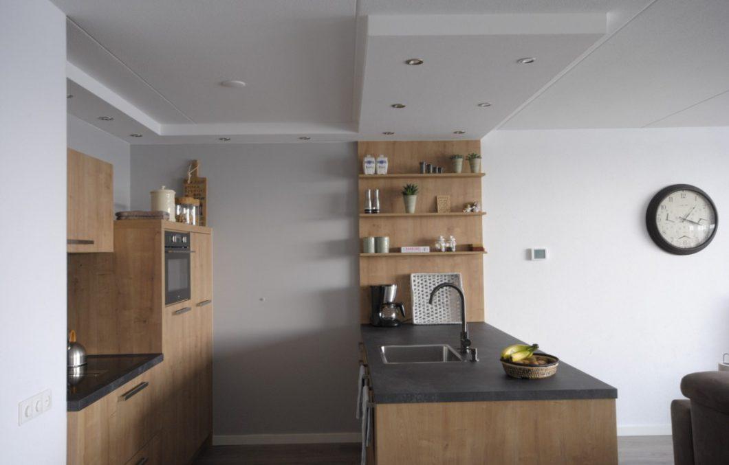 Moderne houten keuken met een warme uitstraling in Papendrecht