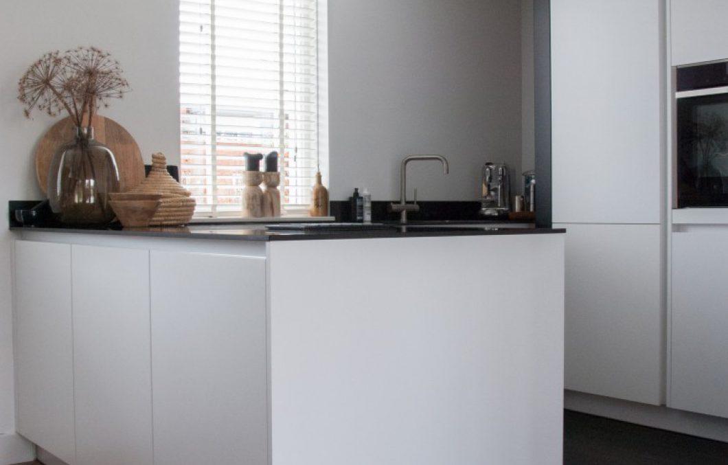 Moderne keuken met schiereiland in Papendrecht